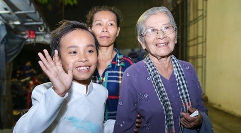 Hồ Văn Cường tươi tắnvẫy tay chào người hâm mộ sau khi đăng quang ngôi vị Quán quân Vietnam Idol Kids. - Tin sao Viet - Tin tuc sao Viet - Scandal sao Viet - Tin tuc cua Sao - Tin cua Sao