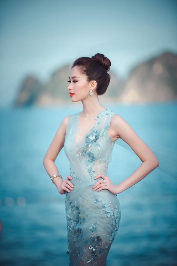 Hoa hậu Việt Nam 2012 trong trang phục của NTK Hoàng Hải thật sự tỏa sáng khi tạo dáng trước vịnh Hạ Long, khi cô đến đảo Tuần Châu giữ vị trí giám khảo của Đêm chung kếtphía Bắc - Hoa Hậu Việt Nam 2016.