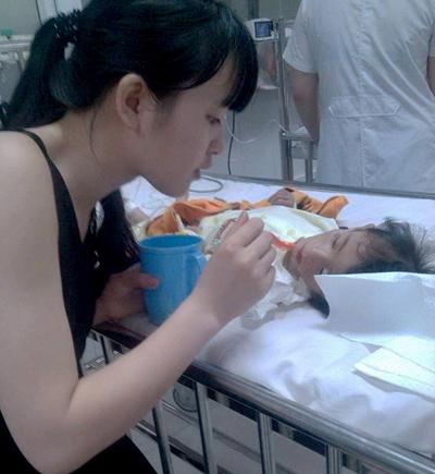 Cô gái trẻ Thanh Tâm vẫn chăm sóc cho bé Yến Nhi. Ảnh: Interent