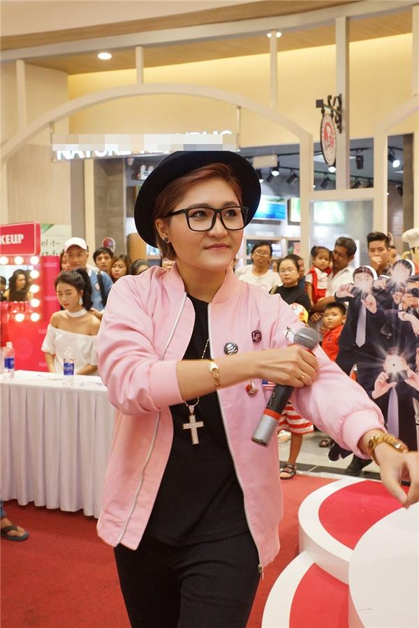 Buổi tiệc này còn có sự tham gia biểu diễn của Vicky Nhung.