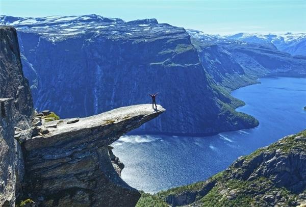 Trolltunga nằm cách mặt hồ Ringedalsvatnet 701 m. Hình dáng tảng đá giống như một chiếc lưỡi khổng lồ, được tạo ra từ kỉbăng hà cách đây khoảng 10.000 năm.