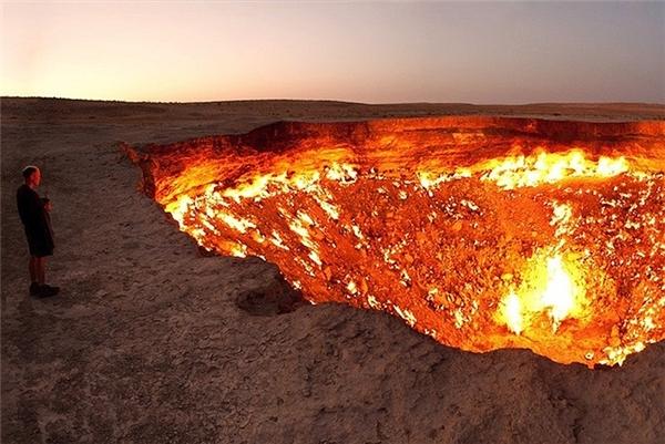 Năm 1971, trong một lần thăm dò địa chất tại sa mạc Karakum, Turkmenistan, các nhà địa chất Liên Xô đã khoan trúng một hang ngầm chứa khí gas tự nhiên. Lo ngại khí độc có thể bị giải phóng từ đây, các nhà địa chất quyết định châm lửa đốt hố và cho rằng, ngọn lửa sẽ tắt trong vài ngày. Tuy nhiên, trái với kìvọng của họ, do lượng khí gas quá nhiều nên hố vẫn bùng cháy cho đến ngày nay.