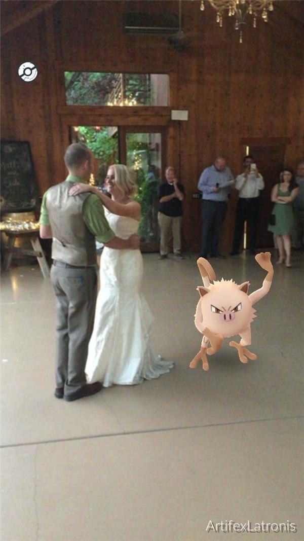 Hôn lễ của cô dâu chú rể đang lãng mạn vậy mà em Pokemon này lại ham hố nhảy ra chung vui trông không nhịn được cười.
