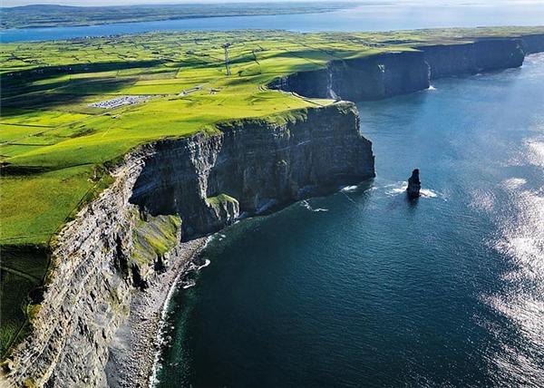 Nằm ở hạt Clare, Ireland ở độ cao 214 m so với Đại Tây Dương, đây là một trong những điểm thu hút du lịch nổi tiếng. Nhiều du khách ưa mạo hiểm còn cá cược mạng sống của mình khi đạp xe ở vách đá hẹp bên miệng vực.