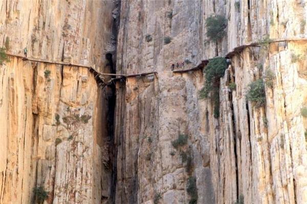 Con đường mòn El Caminito del Rey bắc dọc theo hẻm núi hẹp lần đầu được các công nhân thủy điện dùng để đi lại. Đến khi Vua Alfonso XIII tới tham dự lễ khai mạc con đập Conde del Guadalhorce năm 1921, nó mới được khoác lên người cái tên quý tộc và thu hút nhiều du khách đến tham quan. Đây là một trong những con đường mòn nguy hiểm nhất thế giới.