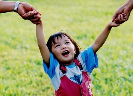 Hãy để con trẻ được ngẩng đầu và trông ra thế giới thật bên ngoài. (Ảnh: Internet)