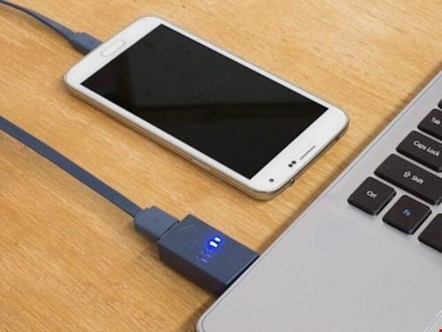 Sạc qua USB lâu đầy pin hơn sạc theo cách thông thường. (Ảnh: internet)