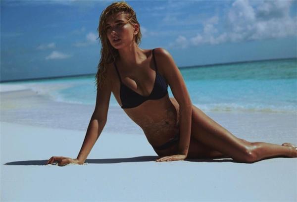 Bạn gái cũ của Justin Bieber thường gây sốt mỗi khi xuất hiện trên biển với bikini.