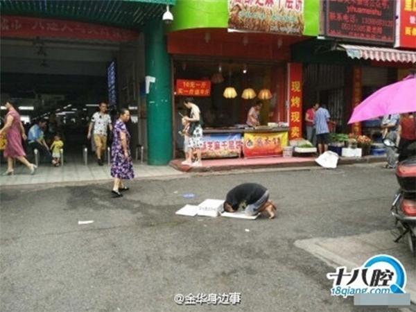 """Người đàn ông """"có vẻ như cụt cả 2 tay"""" đang cầu xin lòng thương hại của những người đi đường."""