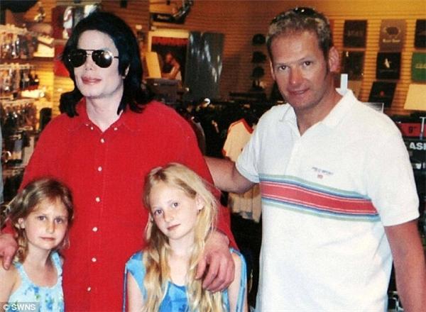Michael Jackson chụp ảnh cùngMark Lestervà con gáiHarriet Lester.