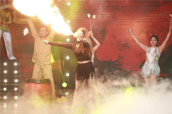 Trong khi bốn thành viên nam: Hamlet Trương, Bằng Cường, Ngọc Khanh, 1Dee chọn múa quạt, múa lụa thì thành viên nữ duy nhất của đội MiA lại bạo dạng chọn múa lửa để thể hiện. Tuy nhiên, vì chưa có kinh nghiệm về múa lửa và chỉ được tập gấp rút trong vòng hai ngày nên MiA đã gặp phải sự cố tắt lửa trong phần biểu diễn của mình.