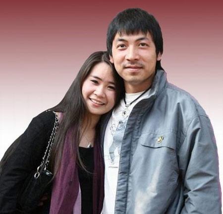 """Đinh Tiến Dũng và Hồng Nga từng yêu nhau gần 4 năm trước khi tổ chức đám cưới. Tâm sự về bà xã của mình, anh từng nói: """"Tôi được các đồng nghiệp trong công ty đánh giá cao vì trông lù đù nhưng vớ được cô người yêu xinh xắn"""". - Tin sao Viet - Tin tuc sao Viet - Scandal sao Viet - Tin tuc cua Sao - Tin cua Sao"""