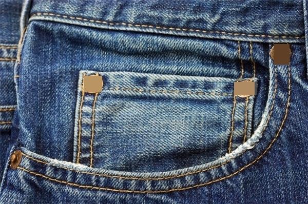Túi nhỏ ở trên quần jean dường như có vẻ vô dụng.