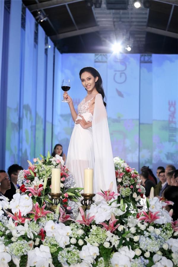 Hành động hất váy vào mặt Phạm Hương của học trò Hà Hồ gây tranh cãi