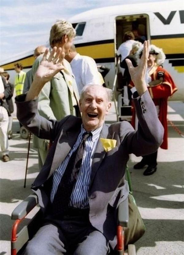 Cụ già 101 tuổi Paul Miller lần đầu tiên được đi máy bay.
