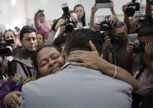 Chàng trai Salmeron Hernandez bị mất tích trên đường từ Mexico sang Mỹ và lạc mất mẹ. Nhiều năm sau, anh được đoàn tụ với mẹ mình sau khi nhìn thấy tấm ảnh của bà trên mạng cùng một nhóm các ông bố bà mẹ khác đang đi qua khu vực đó.