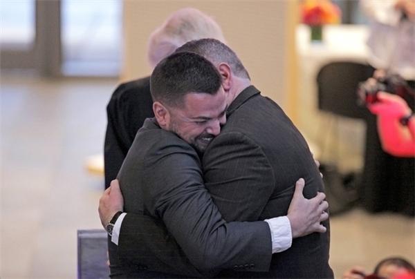 Cặp đôi Corianton và Keith ôm nhau hạnh phúc sau khi trở thành cặp đôi đồng tính đầu tiên được quyền kết hôn ở Seattle.