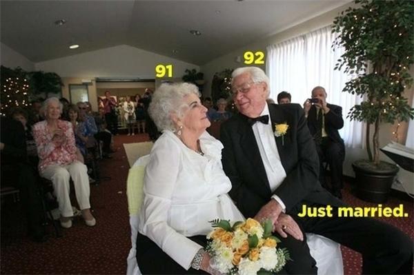 Sau bao nhiêu năm, hai cụ già cuối cùng cũng làm đám cưới.