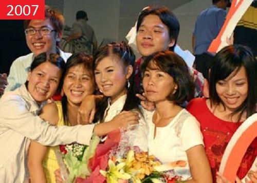 Khởi My hạnh phúc bên mẹ và người thân khi nhận giải Quán quân Tiếng Ca Học Đường 2007. - Tin sao Viet - Tin tuc sao Viet - Scandal sao Viet - Tin tuc cua Sao - Tin cua Sao