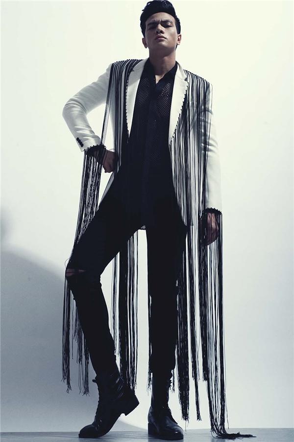 Sự tiên phong trong tư duy sáng tạo của Đỗ Mạnh Cường không dừng lại ở việc khai thác tối đa tính ứng dụng của tua rua mà còn thể hiện chúng lên trang phục của nam giới. Bởi từ trước đến nay chi tiết này vẫn được nhắc đến và được xem như một dấu ấn mạnh mẽ của thời trang dành cho phái đẹp. Đặc biệt, Đỗ Mạnh Cường vẫn giữ được sự nam tính, mạnh mẽ trong các thiết kế mang màu sắc mềm mại, uyển chuyển.