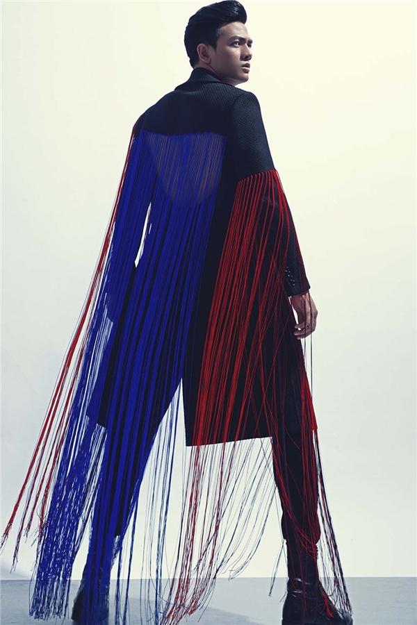 Ở các thiết kế dành cho phái mạnh trong mùa Xuân - Hè năm nay, Đỗ Mạnh Cường không chỉ phát huy thế mạnh ở việc dựng phom mà còn ứng dụng cả kĩ thuật cắt ráp tinh tế tạo nên những khoảng hở thú vị ở lưng hay ngực áo.