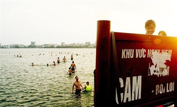 Dù được ghi rõ khu vực nguy hiểm nhưng các gia đình vẫn dẫn các em nhỏ ra bơi lội vô tư.(Ảnh: Internet)