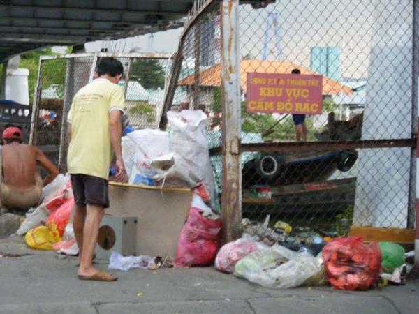 Vì là trước cửa khu phế liệu nên mọi người cứ đổ rác sao?(Ảnh: Internet)