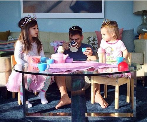 """""""Đức vua"""" bố đang phải làm hài lòng hai côcông chúa nhỏ."""