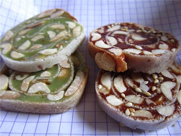 Nhiều người đã biến hóa món này khi cuộn với bánh tráng để thêm độ giòn bùi (Ảnh: Internet)