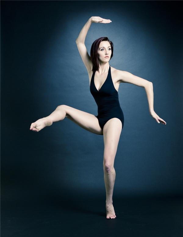 Đây là bức ảnh gốc cho thấy người vũ công đang thực hiện một tư thế lạ.