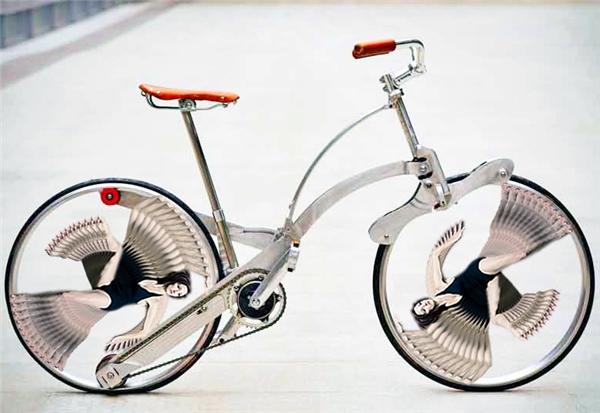 Hình dáng uyển chuyển ảo diệu của chị ấy chẳng khác nào chiếc nan hoa xe đạp cả.