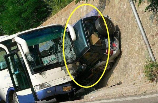 """Em xe hơi bị xe khách đè mà không một chút suy suyển gì luôn, quả là """"mình đồng da sắt""""."""