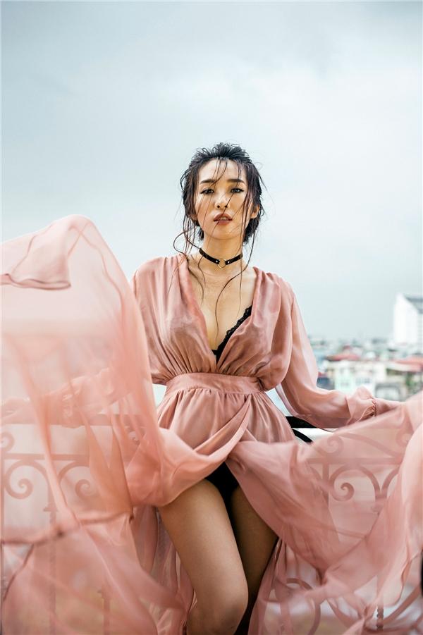 Mới đây, Emily thực hiện bộ ảnh với nhiếp ảnh gia Andy Bui. Trong những shoot hình mới, nữ ca sĩ thu hút sự chú ý với nhan sắc ngày càng gợi cảm, quyến rũ.