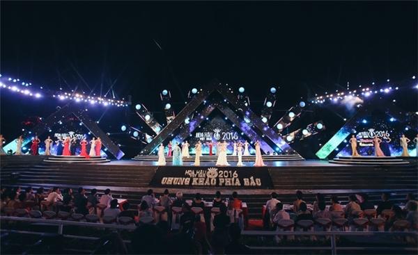 Sân khấu có ba màn hình LED, tượng trưng cho núi non trùng điệp trên vịnh Hạ Long, phía sau là màn hình nước mang đến cảm giác mát lạnh như biển cả.