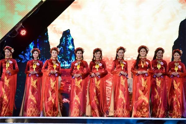 Với bộ sưu tập áo dài Nắng thủy tinh đến từ NTK Ngô Nhật Huy, trang phục thí sinh được chia theo màu sắc tương ứng hành trình của mặt trời trong một ngày đi qua Hạ Long: từ khắc bình minh, đến gần trưa, ban trưa cho đến hoàng hôn.