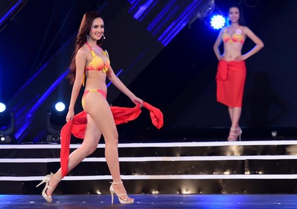 Hay bộ sưu tập bikini của Xuân Thu đã thoát khỏi khuôn mẫu về trang phục áo tắm của các phần thi Hoa hậu thông thường với những tông màu rực rỡ, chói lọi như đỏ loang, vàng cam, làm gợi nhớ những ngày hè với ánh nắng mặt trời rực rỡ, năng động và vui tươi.