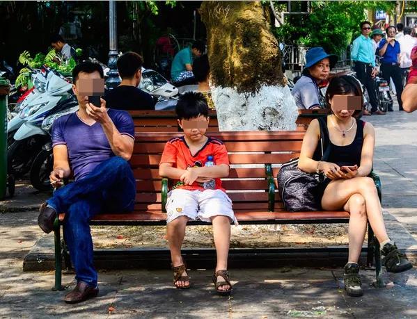 Một số bức ảnh phản ánh thực trạng phụ thuộc công nghệ của người Việt. (Ảnh: Internet)