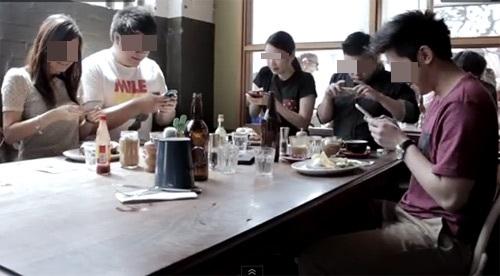 Giới trẻ nghiện smartphone. (Ảnh: Internet)