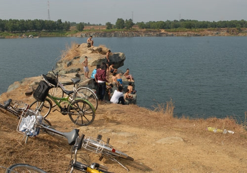 Rùng mình phát hiện thi thể nam sinh viên trong Hồ Đá