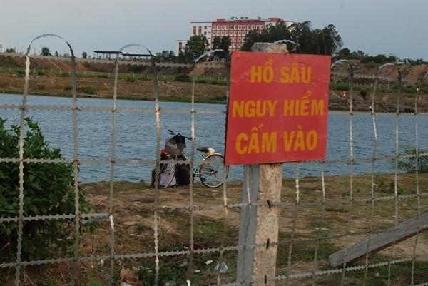 Dù ngành chức năng đã làm hàng rào, cấm biển nguy hiểm nhưng nhiều người vẫn bất chấp đến đây vui chơi, tắm... Ảnh: Internet
