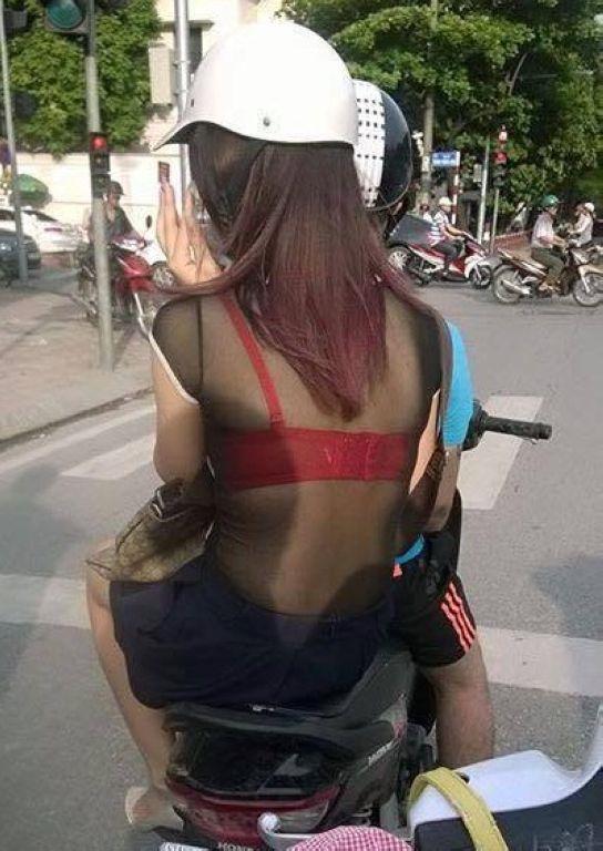 """Mặc một chiếc áoxuyên thấu, cô nàng này còn """"khoe"""" chiếc áo lót màu đỏ nổi bật khiến nhiều người đi đường phảichú ý.(Ảnh: Internet)"""