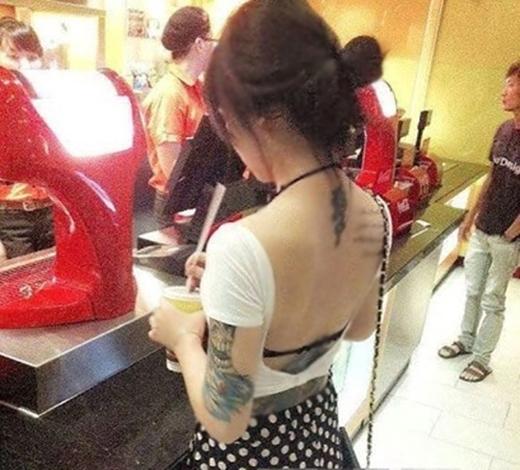Một mảng lưng của cô gáiđược khoe với những hình xăm táo bạo.(Ảnh: Internet)