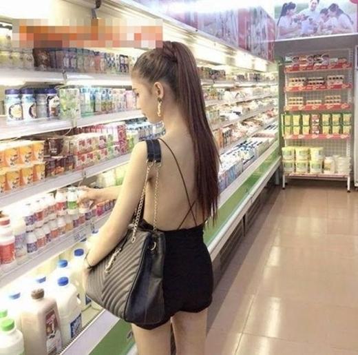 Đi siêu thị cũng mặc mát mẻ thế này cho đặc biệt sao?(Ảnh: Internet)