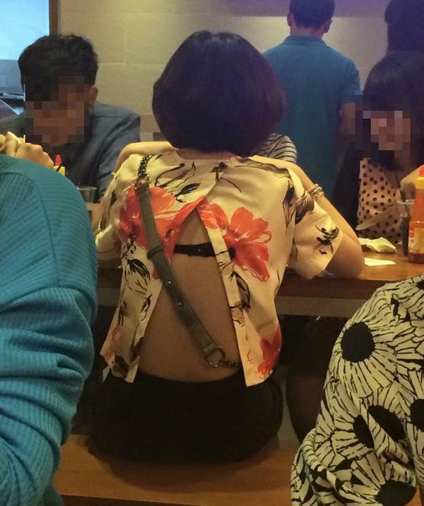 Từ các bạn trẻ tuổi cho tới những chị em công sở cũng đều lựa chọn kiểu áo này.(Ảnh: Internet)