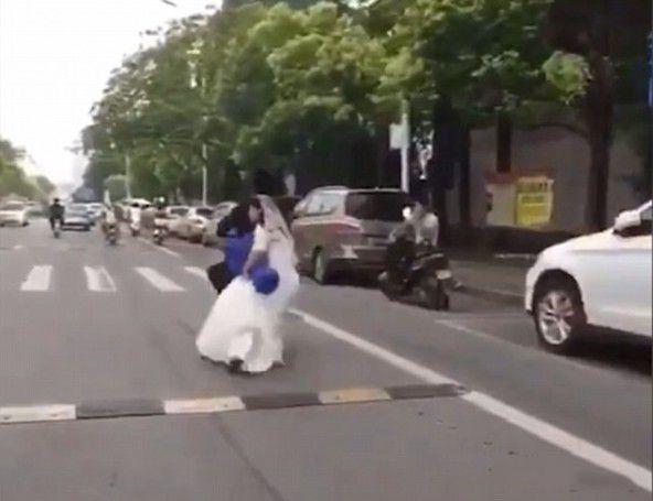 Đánh rơi cô dâu giữa đường, chú rể vẫn hồn nhiên đạp xe
