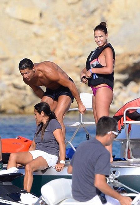 Cristiano Ronaldo khoe bụng 6 múi cùng người đẹp lạ tại Tây Ban Nha