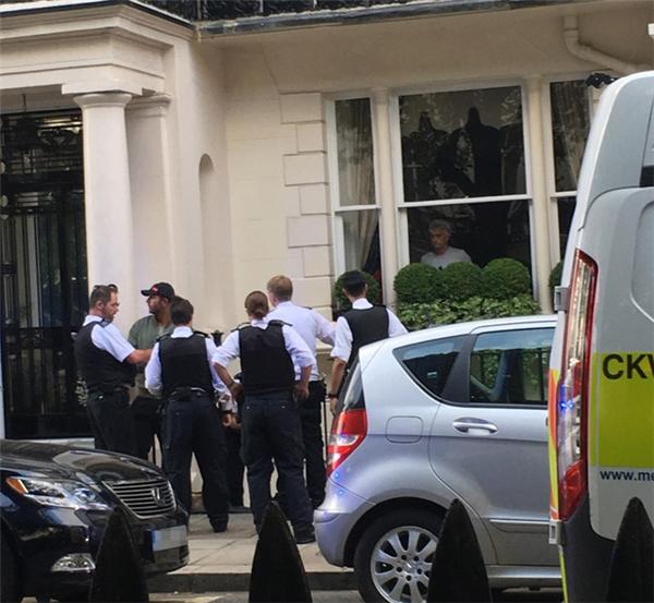 Tên trộm (mũ đen) bị bắt vì đột nhập vào nhà Mourinho. (Ảnh: internet)