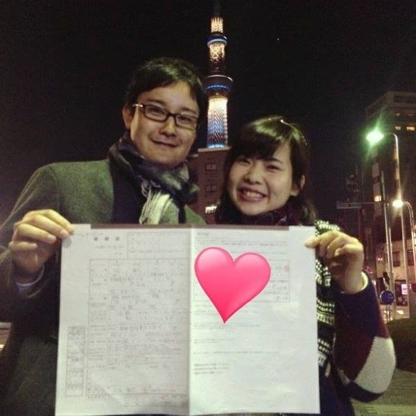 Cặp đôi hí hửng khoe giấy đăng kíkết hôn.(Ảnh: NVCC)