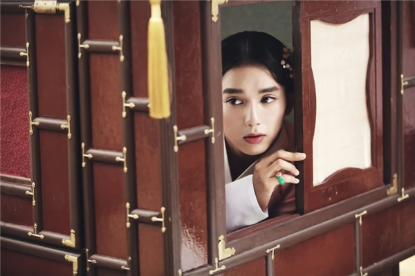 Yoo Seung Ho lần đầu cải trang thành mĩ nữ đồng trinh mưu mô xảo quyệt. (Ảnh: Internet)