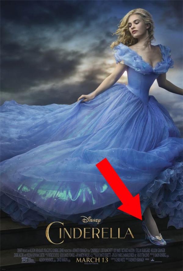 Cinderella (2015): Ai cũng thấy vòng eo của Cinderella nhỏ như thế nào, nhưng không phải ai cũng thấy bàn chân quá khổ của nàng. Thảo nào trên khắp vương quốc, không một cô gái nào có thể mang vừa chiếc hài pha lê ấy.